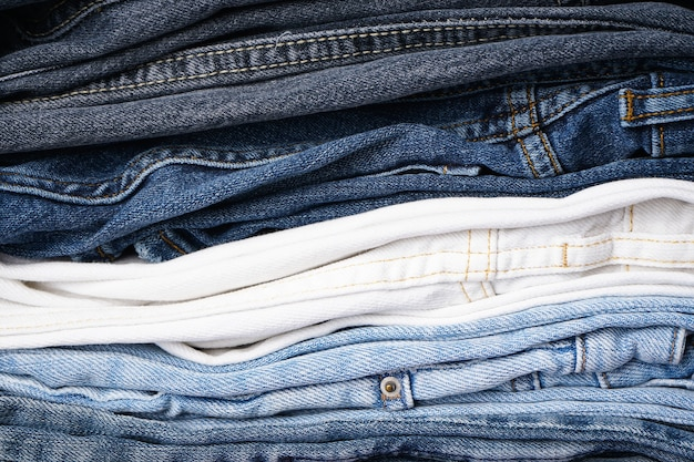 Stapel gevouwen jeans, denim achtergrond.