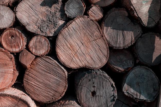 Stapel gezaagde logboeken. natuurlijk houten decor