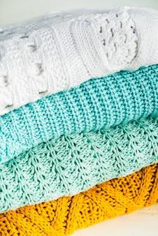 Stapel gezellige gebreide katoenen truien