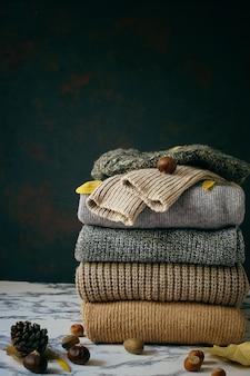 Stapel gezellige gebreide truien. herfst-winterconcept, gebreide wollen truien. stapel gebreide winterkleding, truien, gebreide kleding