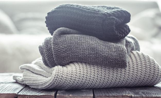 Stapel gezellige gebreide truien in verschillende kleuren.