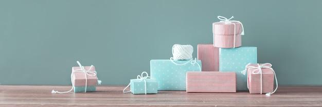 Stapel giften van kerstmis handcraft aanwezig feestelijk