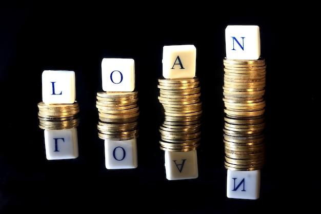 Stapel gouden rupiah, de munt van indonesië, illustratie voor het opheffen van lening