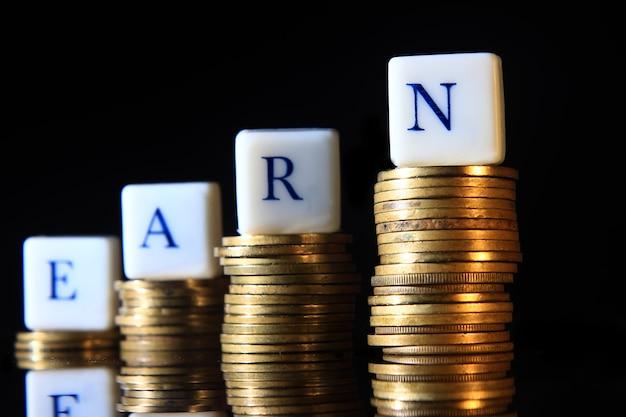 Stapel gouden rupiah, indonesië-munt, illustratie voor het verhogen van verdienen