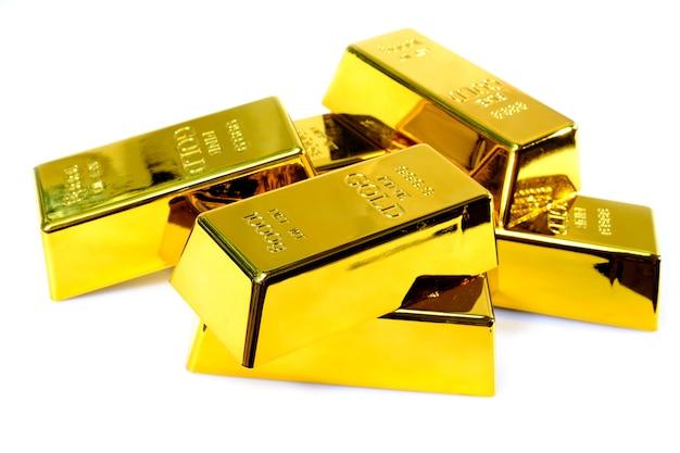 Stapel goudstaaf 1 kg op witte achtergrond