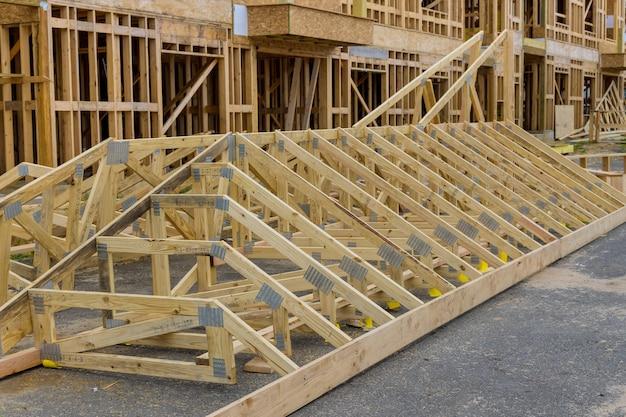 Stapel groep in nieuwe bouwmaterialen voor gebouwen op houtmateriaal voor constructie
