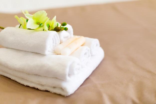 Stapel handdoeken met bloemdecor in een hotelruimte