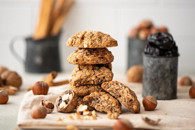 Stapel havermout cookies met gedroogde vruchten en noten