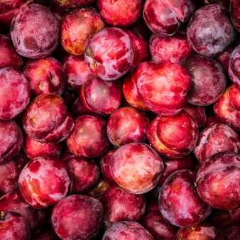 Stapel heerlijke rode pruimen