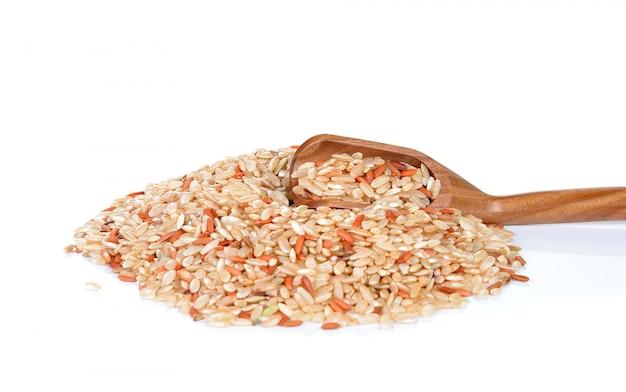 Stapel hele bruine rijst geïsoleerd op wit