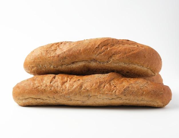 Stapel hele gebakken stokbrood van roggemeel