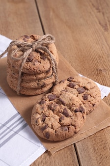 Stapel hocolate chip cookies op een houten achtergrond