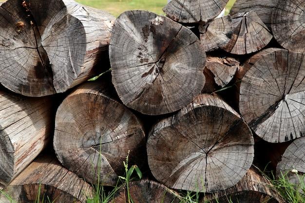 Stapel hout op gras