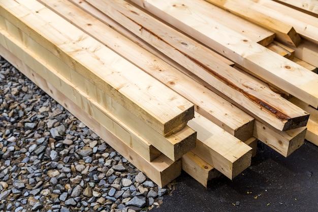 Stapel houten planken op bouwterrein.