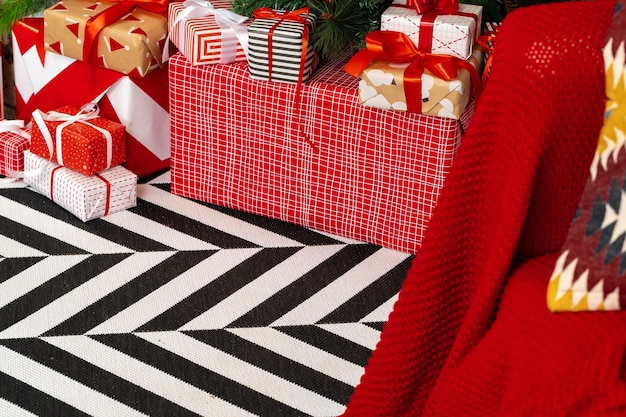 Stapel ingepakte cadeautjes onder de kerstboom