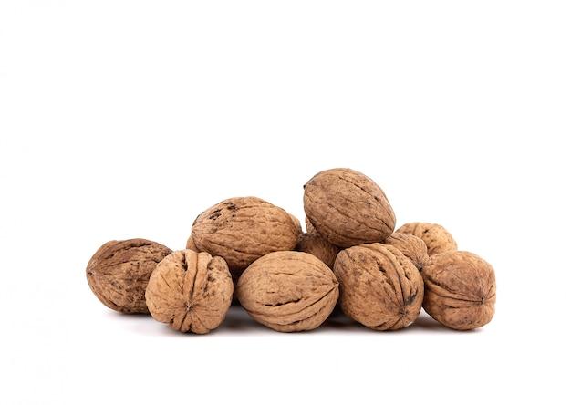 Stapel inshell walnoten geïsoleerd op een witte achtergrond