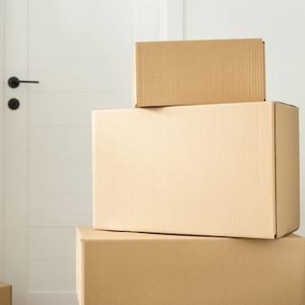 Stapel kartonnen dozen in de woonkamer. ruimte voor tekst