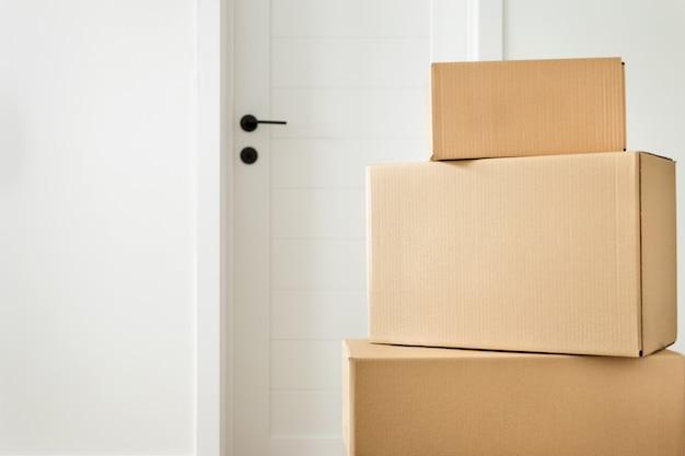 Stapel kartonnen dozen in de woonkamer.