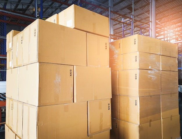 Stapel kartonnen dozen in magazijnopslag. opslag, verzending, export van vracht.