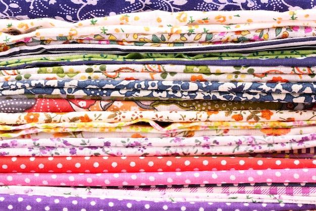 Stapel katoenen naaiende textielstalen