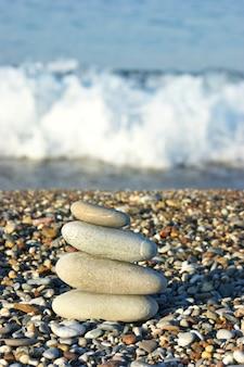 Stapel keien op het strand