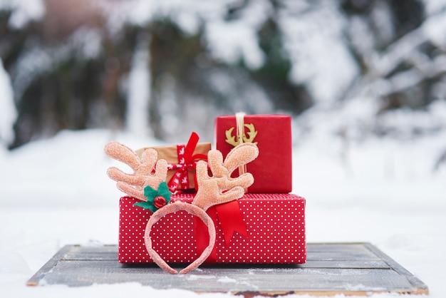 Stapel kerstcadeautjes buitenshuis