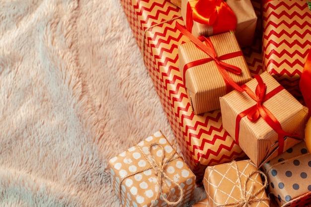 Stapel kerstmisgiften op beige tapijt