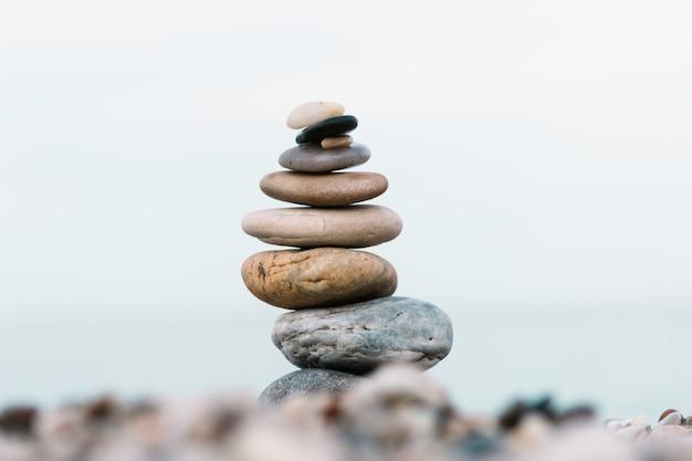 Stapel kiezelsteenstenen op oceaan. vreedzaam en kalm concept