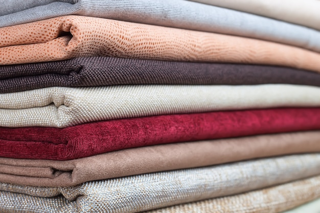 Stapel kleurrijk gevouwen textiel. hoop stoffen stof