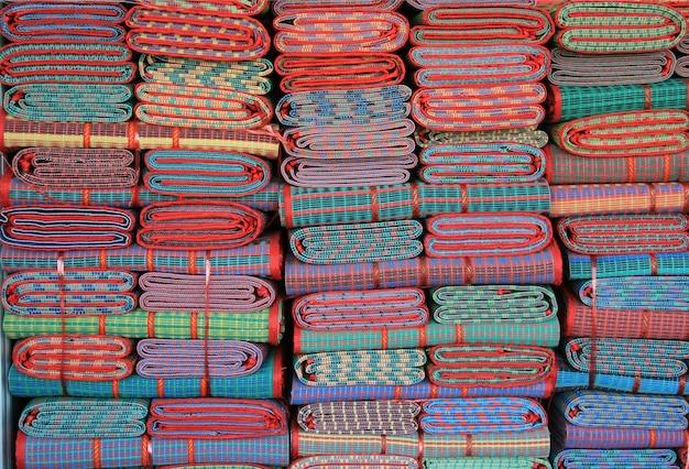 Stapel kleurrijk van traditionele thaise mat