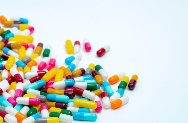Stapel kleurrijke antibiotica capsule pillen.