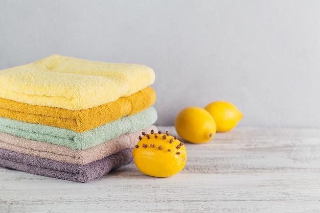 Stapel kleurrijke badhanddoeken op lichte achtergrond. pastelkleuren katoenen handdoeken. hygiëne-, stof-, spa- en textielconcept