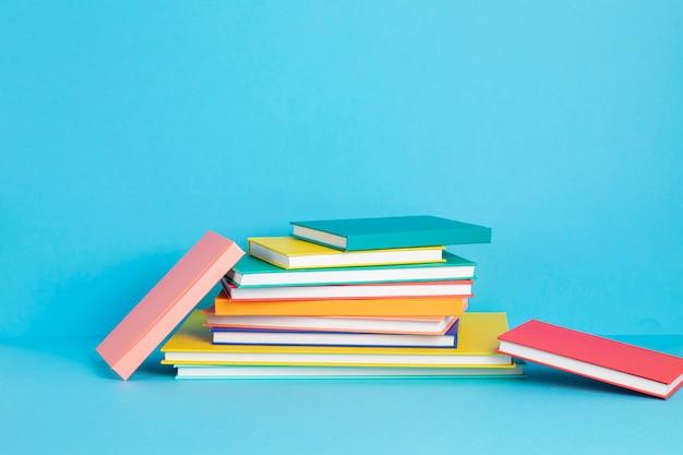 Stapel kleurrijke boeken en notebooks onderwijsconcept
