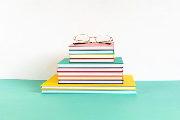 Stapel kleurrijke boeken en notitieboekjes. onderwijs, studie, leren, onderwijsconcept