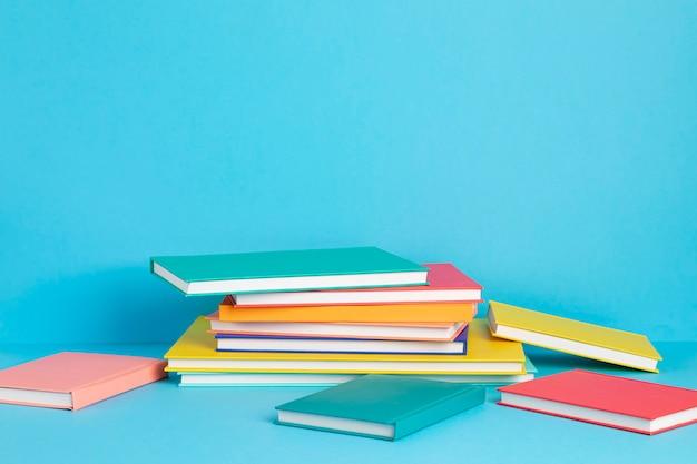 Stapel kleurrijke boeken en notitieboekjes. onderwijs, studie, leren, terug naar school, onderwijsconcept