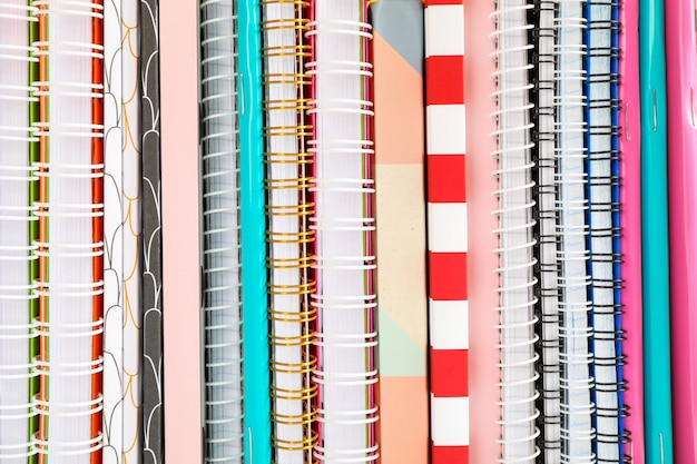 Stapel kleurrijke boeken en schriften