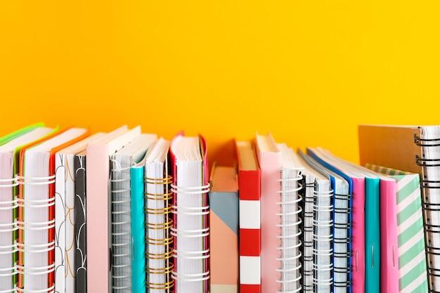 Stapel kleurrijke boeken tegen tafel