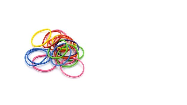 Stapel kleurrijke geïsoleerde elastiekjes