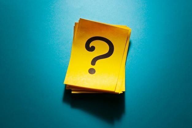 Stapel kleurrijke gele kaarten met vraagteken