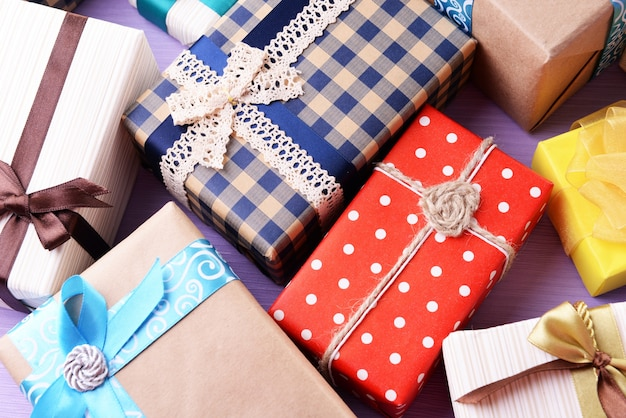 Stapel kleurrijke geschenken op paarse achtergrond