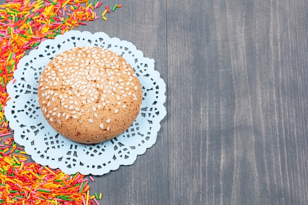 Stapel kleurrijke hagelslag rond smakelijk koekje