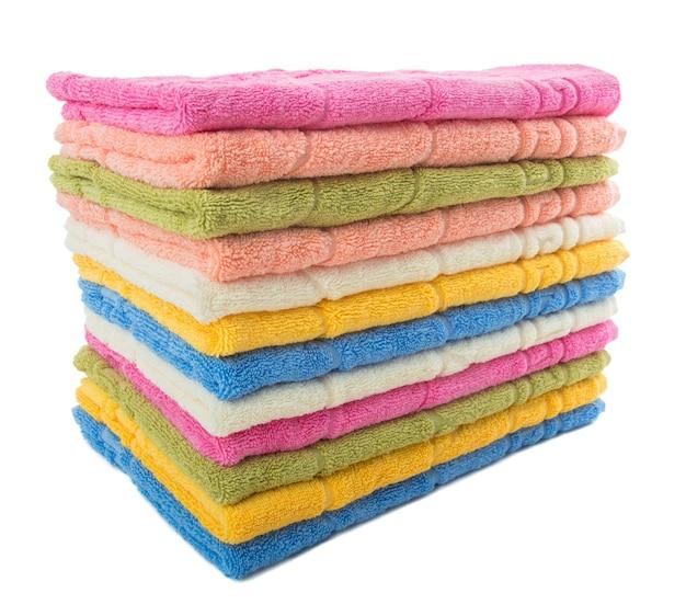 Stapel kleurrijke handdoeken geïsoleerd op een witte achtergrond