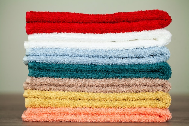 Stapel kleurrijke handdoeken in badkamers op lijst