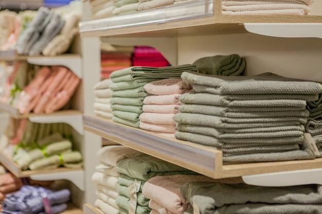 Stapel kleurrijke handdoeken in het warenhuis.