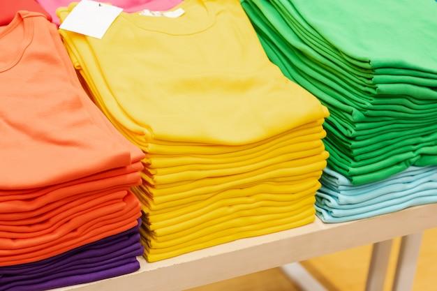 Stapel kleurrijke kleding