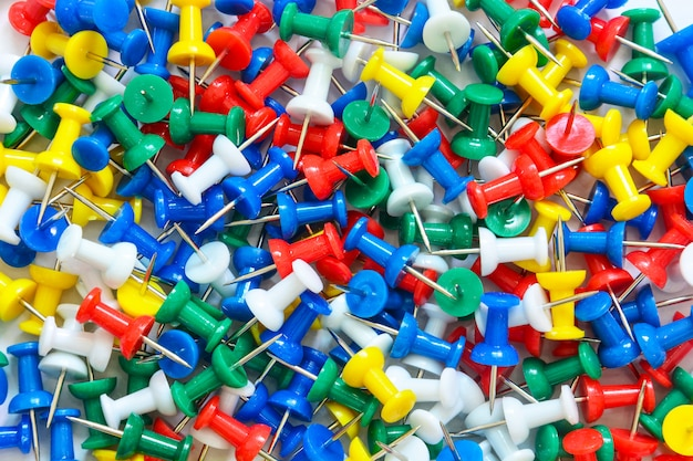 Stapel kleurrijke punaise (push-pins)