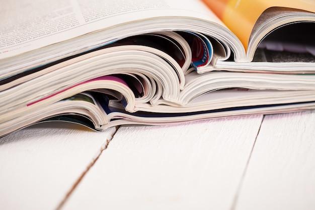 Stapel kleurrijke tijdschriften op een tafel
