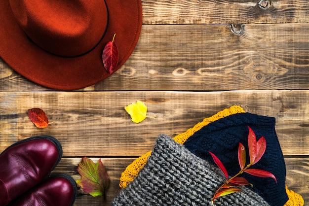Stapel kleurrijke warme herfst en winterkleren