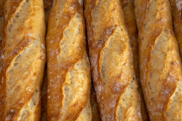 Stapel knapperige baguettes bij de bakkerij