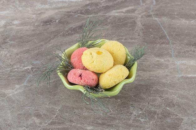 Stapel koekjes in een kleine kom op marmeren oppervlak